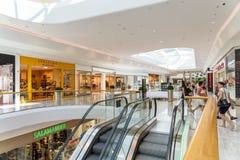 Магазин людей в моле роскоши города покупок вены Стоковые Изображения RF