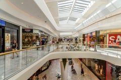 Магазин людей в моле роскоши юга города покупок Стоковая Фотография RF