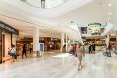 Магазин людей в моле роскоши юга города покупок Стоковые Фотографии RF