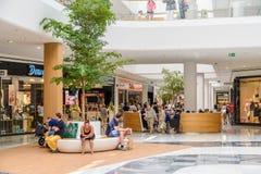 Магазин людей в моле роскоши юга города покупок Стоковые Изображения RF