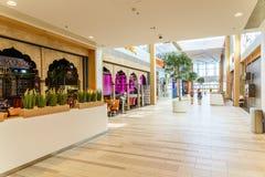 Магазин людей в моле юга города покупок роскошном самый большой торговый центр в Австрии Стоковое Фото