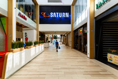 Магазин людей в моле юга города покупок роскошном самый большой торговый центр в Австрии Стоковое Изображение RF