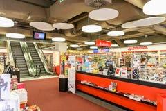 Магазин людей в моле юга города покупок роскошном самый большой торговый центр в Австрии Стоковая Фотография RF