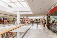 Магазин людей в моле юга города покупок роскошном самый большой торговый центр в Австрии Стоковые Изображения RF