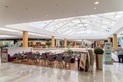 Магазин людей в моле юга города покупок роскошном самый большой торговый центр в Австрии Стоковая Фотография
