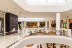 Магазин людей в моле юга города покупок роскошном самый большой торговый центр в Австрии Стоковое Изображение