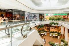 Магазин людей в моле юга города покупок роскошном самый большой торговый центр в Австрии Стоковое фото RF