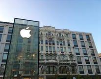 Магазин Яблока в центре города Милана стоковое изображение rf