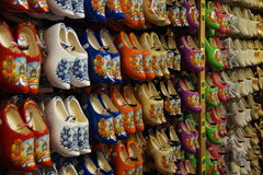 Магазин для покупать известные традиционные голландские деревянные ботинки (clogs) - klompen Стоковые Фотографии RF