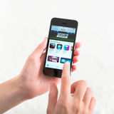Магазин App на iPhone 5S Яблока стоковое фото
