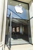 Магазин Apple в Барселона стоковые фото
