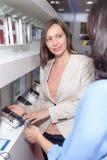 Магазин asisstent продающ сотовый телефон в магазине Стоковые Изображения