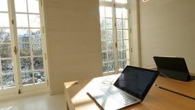 Магазин Champs-Elysees Яблока с ноутбуком MacBook Pro акции видеоматериалы
