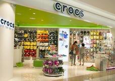 Магазин Crocs внутри торгового центра в Ханчжоу, Китае Стоковая Фотография RF