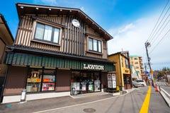 Магазин Lawson удобный с японским стилем украшения на Kusatsu onsen городок горячего источника стоковые изображения