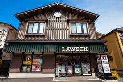 Магазин Lawson удобный с японским стилем украшения на Kusatsu onsen городок горячего источника стоковые изображения rf