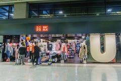 Магазин Uniqlo в крупном аэропорте 2 Narita в Японии Стоковое Изображение RF