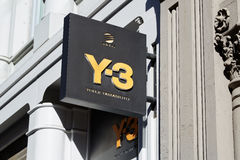 Магазин Y-3 подписывает внутри улицу Greene в Нью-Йорке Стоковое Фото