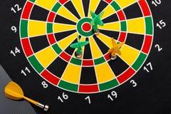 Магнитные стрелки дротика на dartboard Черная предпосылка Стоковое Фото
