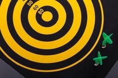 Магнитные стрелки дротика на dartboard Черная предпосылка Стоковое Изображение