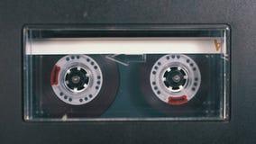Магнитофонная кассета введена в палубу рекордера ленты звукозаписи играя и вращает сток-видео