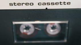 Магнитофонная кассета введена в палубу рекордера ленты звукозаписи играя и вращает видеоматериал