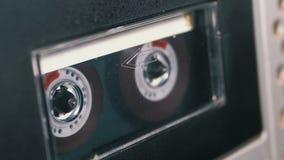 Магнитофонная кассета введена в палубу рекордера ленты звукозаписи играя и вращает акции видеоматериалы