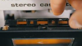 Магнитофонная кассета введена в палубу рекордера ленты звукозаписи сток-видео