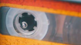 Магнитофонная кассета в магнитофоне играя и вращает видеоматериал