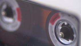 Магнитофонная кассета в магнитофоне играя и вращает акции видеоматериалы