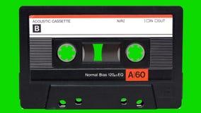 Магнитофонная кассета играя на зеленой предпосылке экрана акции видеоматериалы