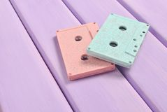 Магнитофонные кассеты цвета на пастельной деревянной предпосылке Ретро тональнозвуковая технология Тенденция минимализма Стоковые Фотографии RF