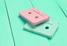 Магнитофонные кассеты цвета на пастельной деревянной предпосылке Стоковые Изображения