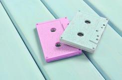 Магнитофонные кассеты цвета на пастельной деревянной предпосылке Ретро тональнозвуковая технология Тенденция минимализма Стоковая Фотография