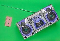 Магнитофон и магнитофонная кассета старой школы ретро на зеленой предпосылке Стоковая Фотография