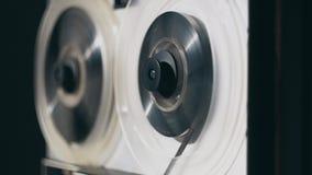 Магнитофон катушкы Старый магнитофон вьюрка перематывает ленту акции видеоматериалы
