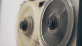 Магнитофон катушкы Старый магнитофон вьюрка Старый магнитофон вьюрка перематывает ленту акции видеоматериалы