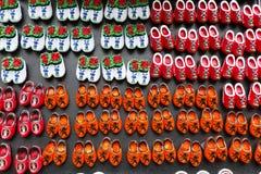Магниты с голландскими традиционными деревянными ботинками или clogs для продажи, сувенирный магазин, Голландия Стоковая Фотография RF
