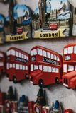 Магнит холодильника сувенира автобуса двойной палуба Лондона красный на продаже в Лондоне, Великобритании стоковое фото