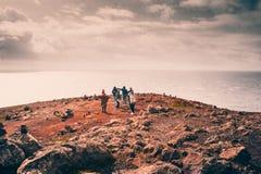 МАДЕЙРА, ПОРТУГАЛИЯ, 25-ое февраля 2018: hikers наслаждаются видом на океан на пункте Lourenzo Святого на Мадейре стоковое изображение