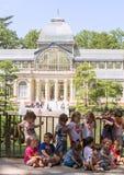 2017 05 31, Мадрид, Испания Группа в составе дети в парке Мадрида Дети прудом стоковые изображения