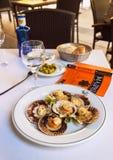 2017 31 05, Мадрид, Испания испеченные clams на плите Еда в Испании стоковые изображения