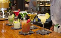 МАДРИД, ИСПАНИЯ - коктеили 28-ое мая 2014 и освежая алкоголичка s выпивают в рынке Mercado San Miguel, известном продовольственно Стоковое Изображение