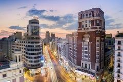 Мадрид, Испания - 26-ое июля 2016: Городской пейзаж Gran через с знак Schweppes, исторические здания, движение и ночную жизнь tak Стоковые Фото