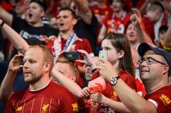 Мадрид, Испания - 1-ОЕ МАЯ 2019: Вентиляторы и зрители Ливерпуля празднуют их выигрывать лиги чемпионов UEFA 2019 на Ванда стоковые изображения rf