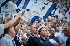 Мадрид, Испания - 1-ОЕ МАЯ 2019: Вентиляторы Tottenham в стойках поддерживают команду во время финального матча 2019 лиги чемпион стоковые фотографии rf