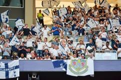 Мадрид, Испания - 1-ОЕ МАЯ 2019: Вентиляторы Tottenham в стойках поддерживают команду во время финального матча 2019 лиги чемпион стоковые изображения rf