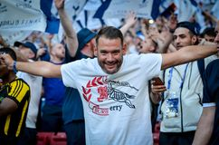 Мадрид, Испания - 1-ОЕ МАЯ 2019: Вентиляторы Tottenham в стойках поддерживают команду во время финального матча 2019 лиги чемпион стоковая фотография rf