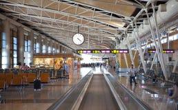 МАДРИД, ИСПАНИЯ - 28-ОЕ МАЯ 2014: Интерьер авиапорта Мадрида, ария отклонения ждать Стоковые Фотографии RF