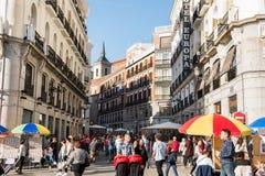 МАДРИД, ИСПАНИЯ - 11-ое ноября: Одна из центральных улиц, красивый день осени 11-ого ноября 2015 в Мадриде, Испания Стоковые Фотографии RF